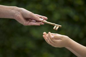 Mutter überreicht Kind den Schlüssel